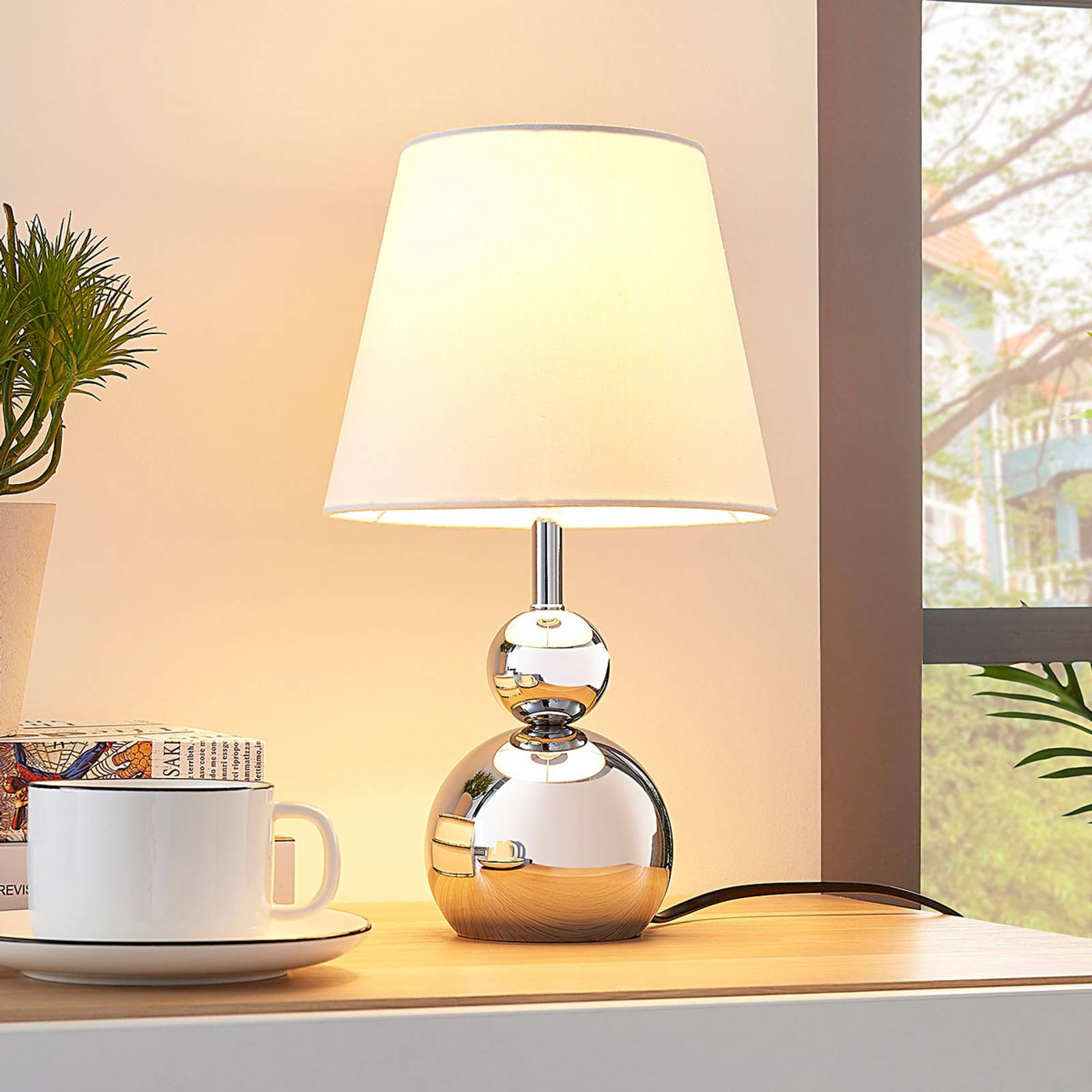 Witte stoffen tafellamp Andor met chromen voet