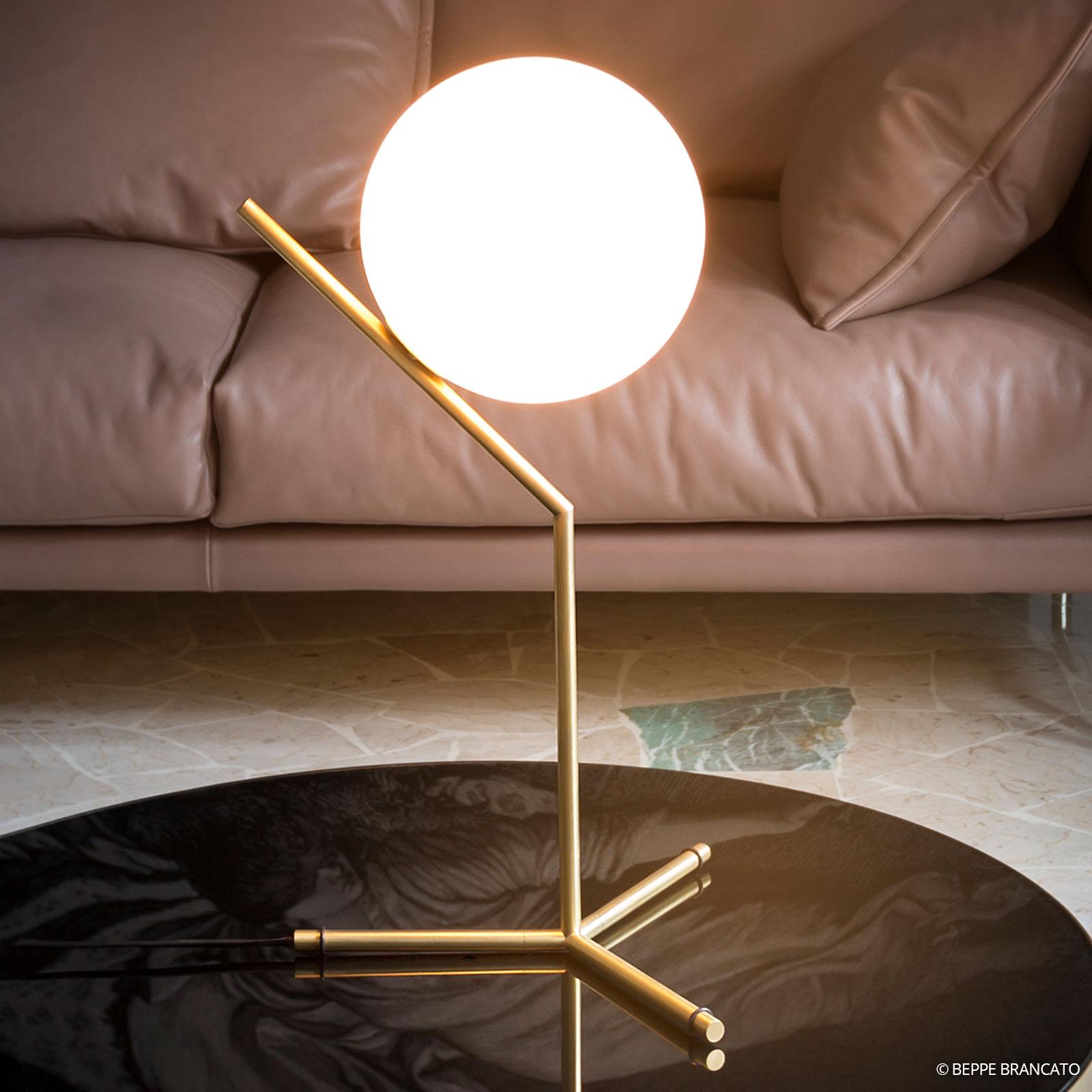 IC T1 bordslampa från FLOS, borstad mässing