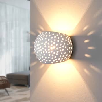Kugleformet gipsvæglampe Jiru med hulmønster