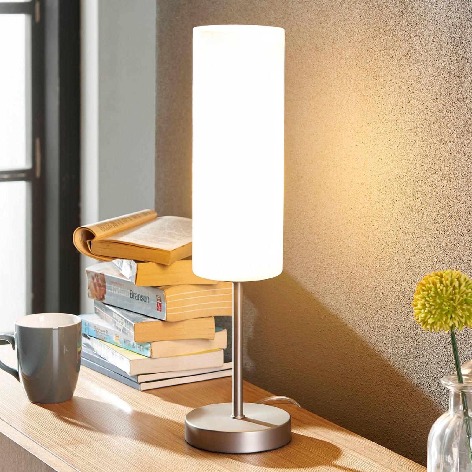Schmale Tischlampe Vinsta mit weißem Glasschirm