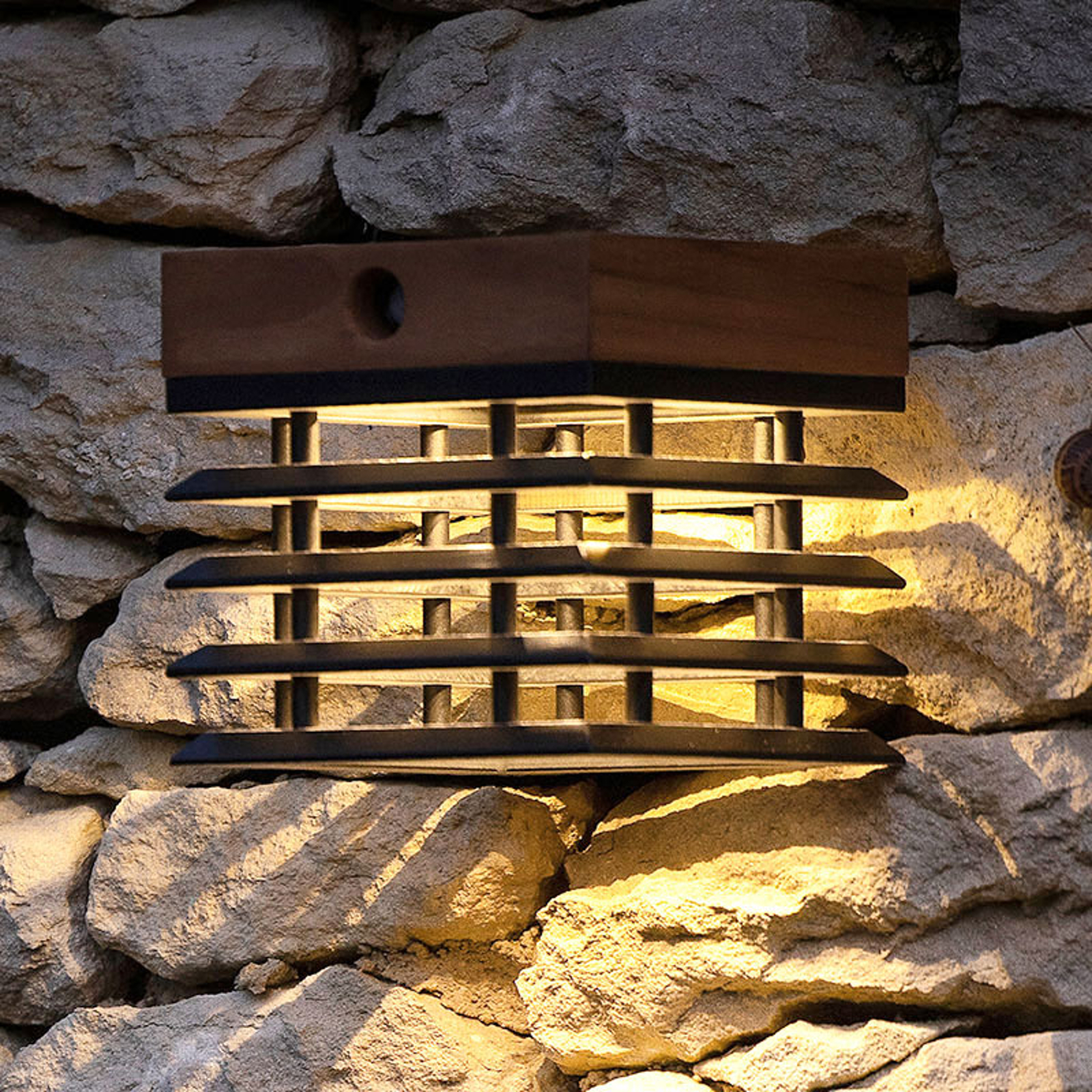 LED-Solarwandleuchte Tekura aus Teak
