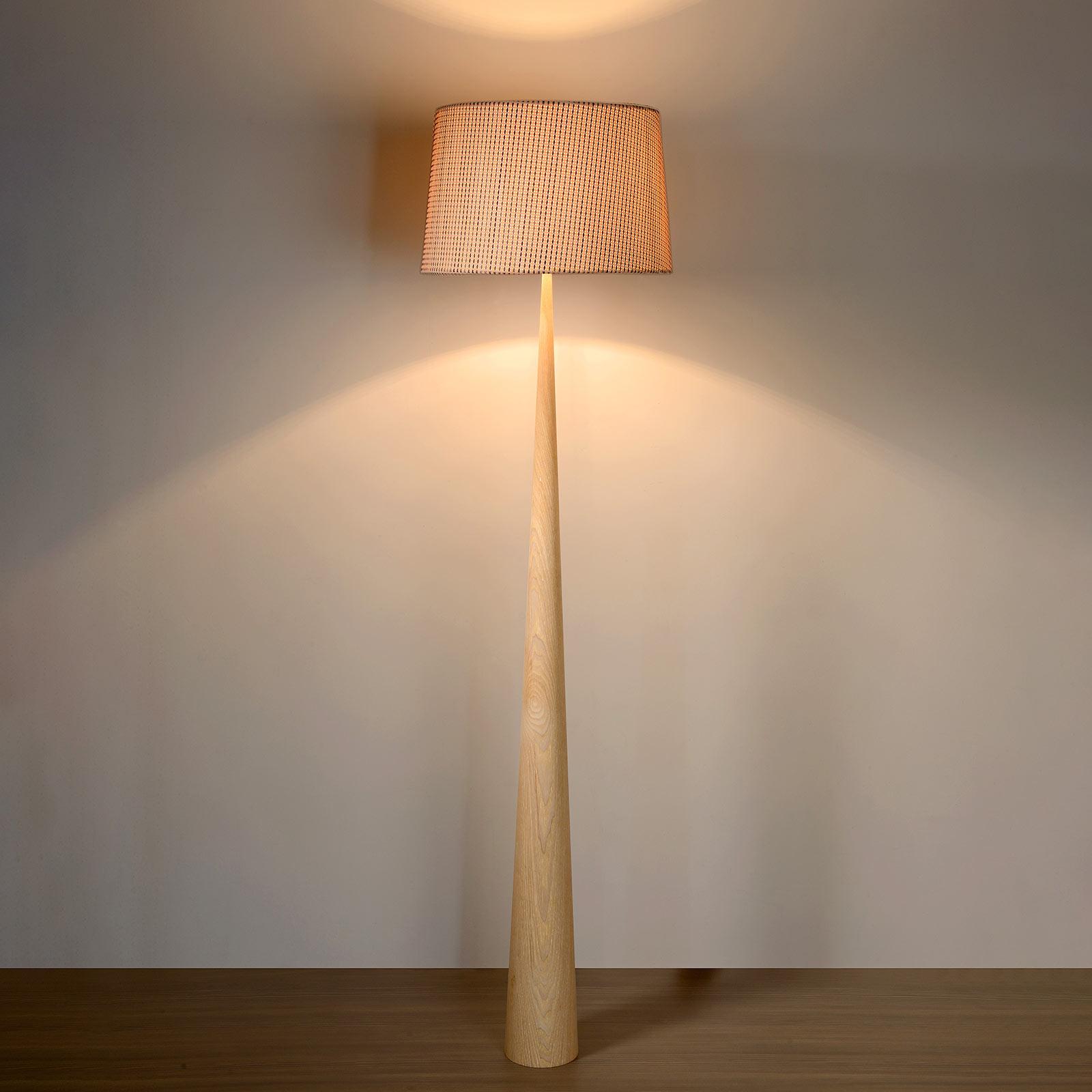 Stehleuchte Conos mit hellem Fuß aus Holz