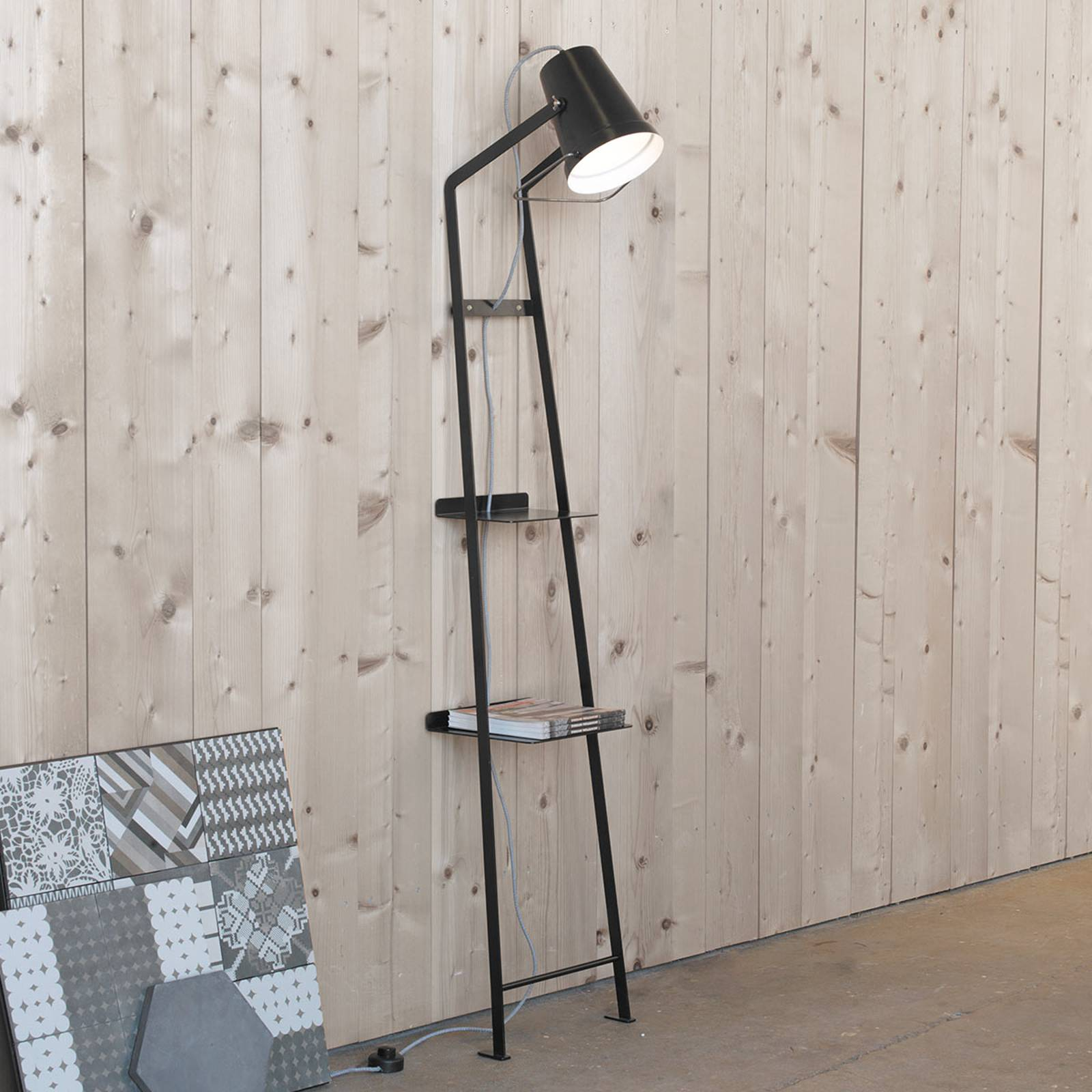 Karman Alfred - Stehlampe mit Ablage schwarz matt