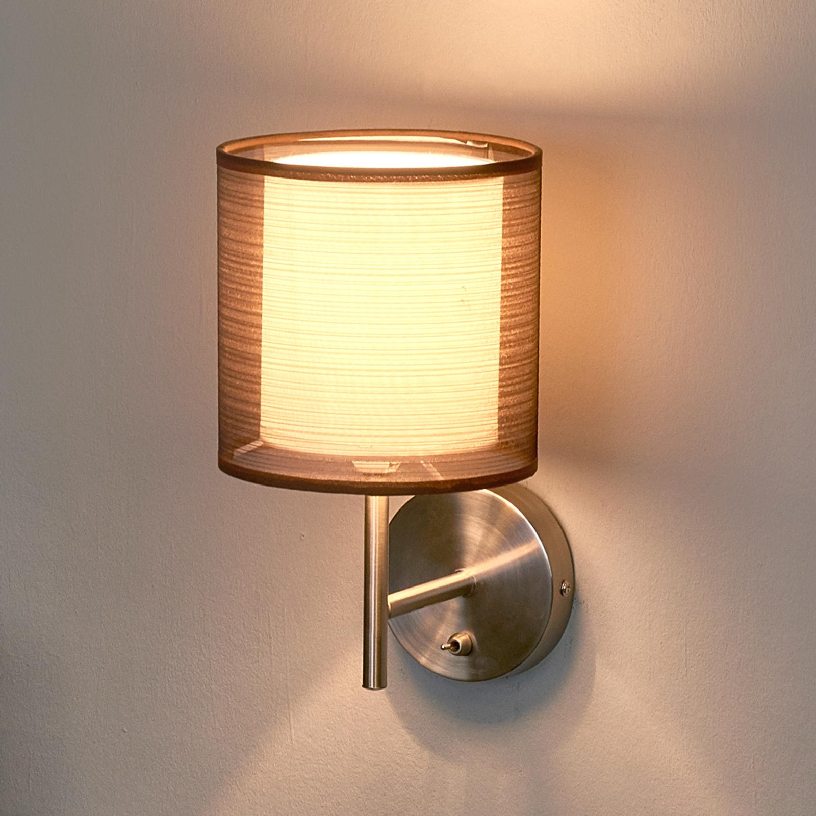 Vegglampe Nica med brun stoffskjerm