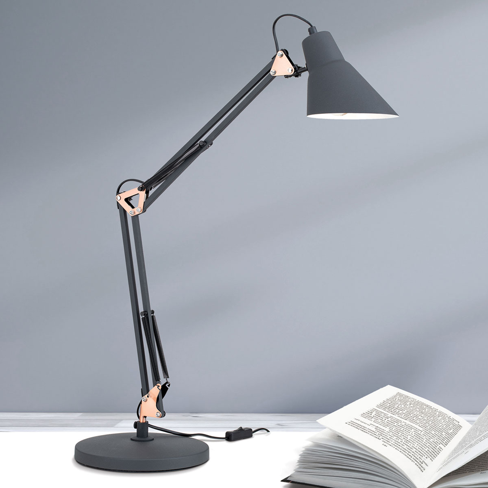 Drievoudig verstelbare tafellamp Bachelor
