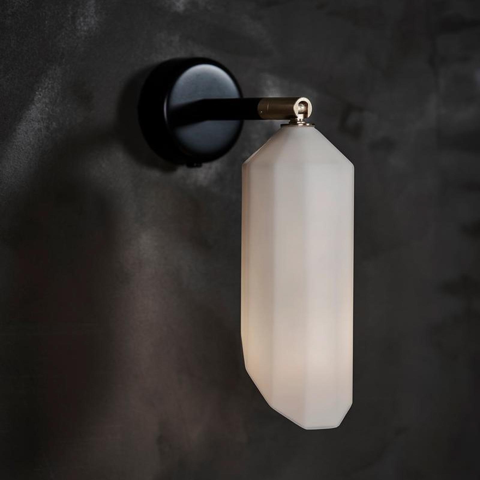 LE KLINT Pliverre væglampe med skærm af opalglas