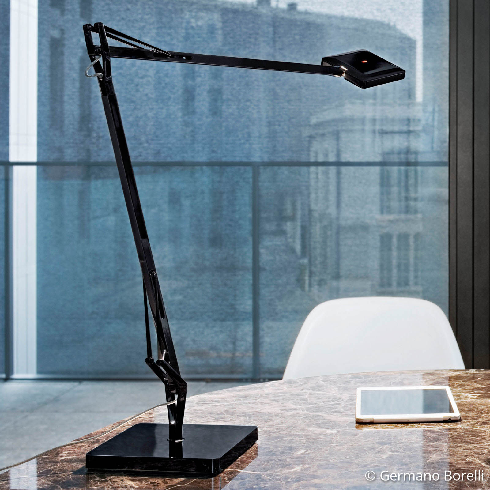 FLOS Kelvin Edge - schwarze LED-Schreibtischlampe