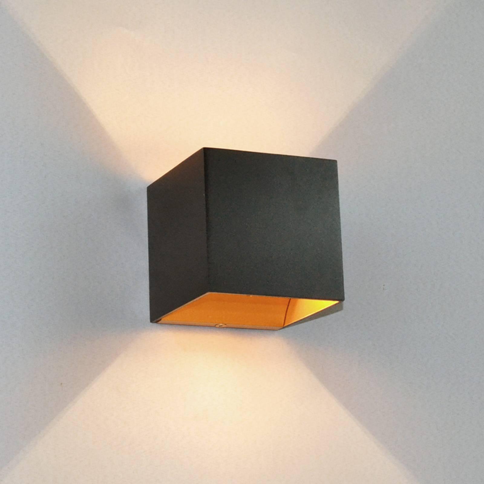 Zwarte LED-wandlamp Aldrina, binnenin goudkleurig
