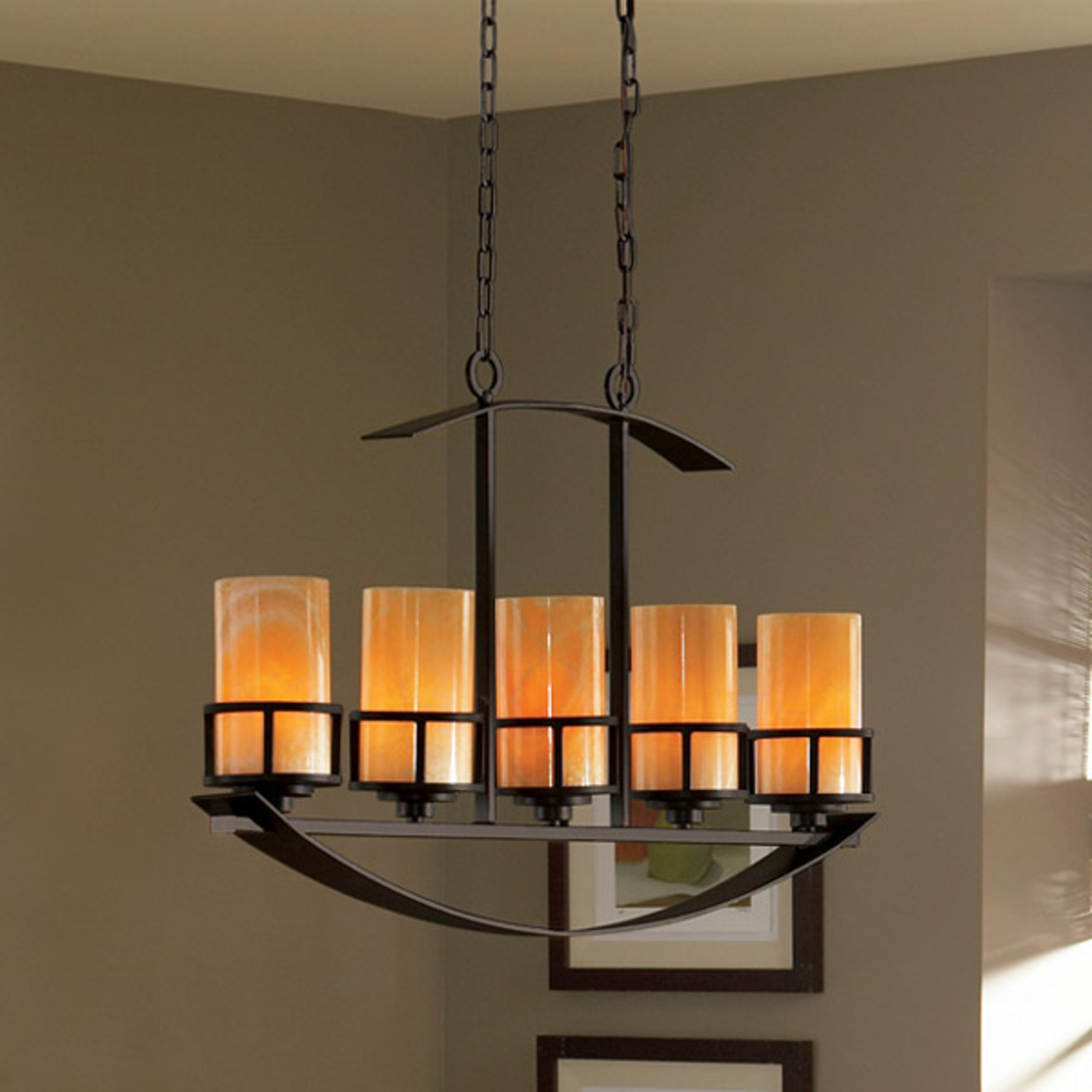 Dlhá závesná lampa Kyle s 5 onyxovými tienidlami_3048336_1