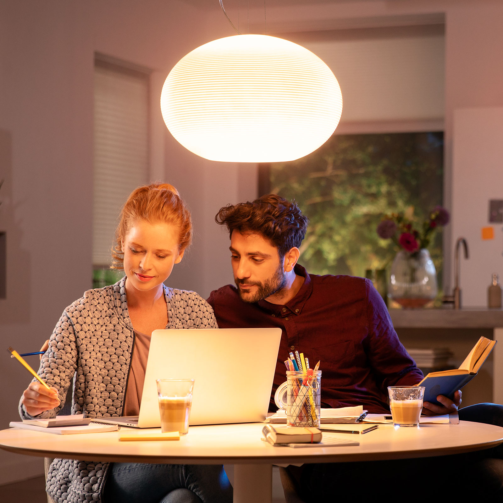 Philips Hue Flourish LED taklampe, RGBW | Lampegiganten.no