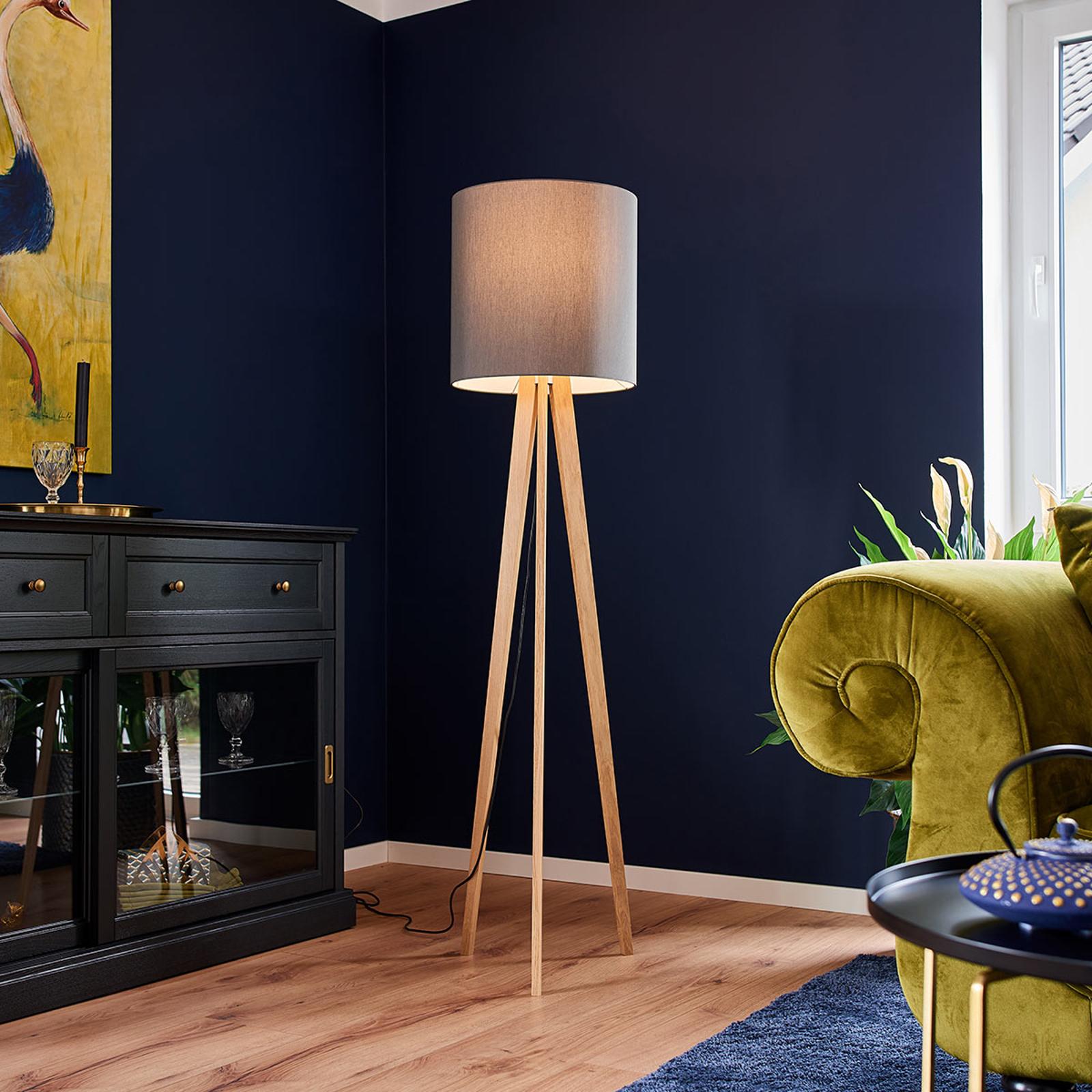 Lampa stojąca Nida z tkaniny z drewnianą podstawą