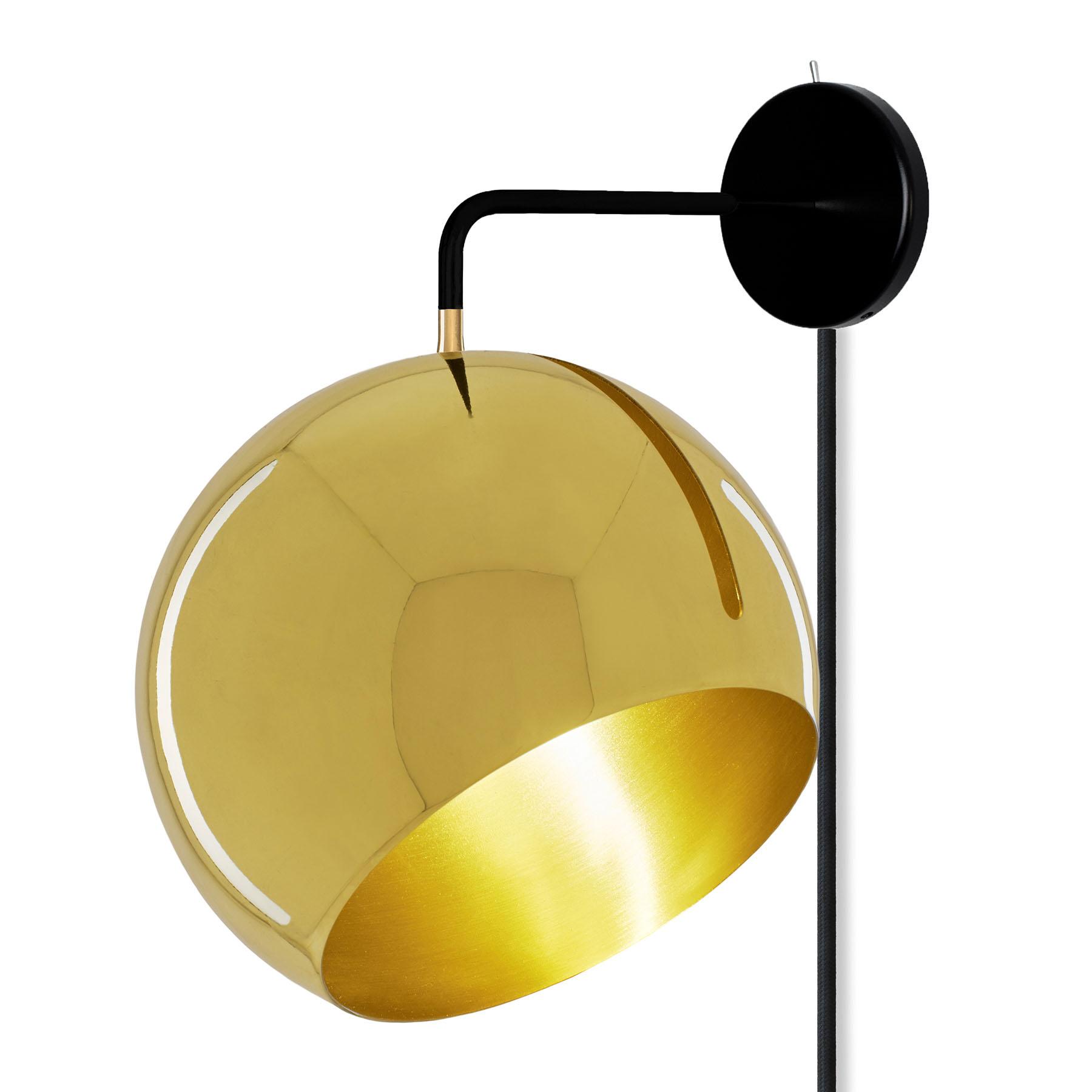 Nyta Tilt Globe Wall Brass applique avec prise