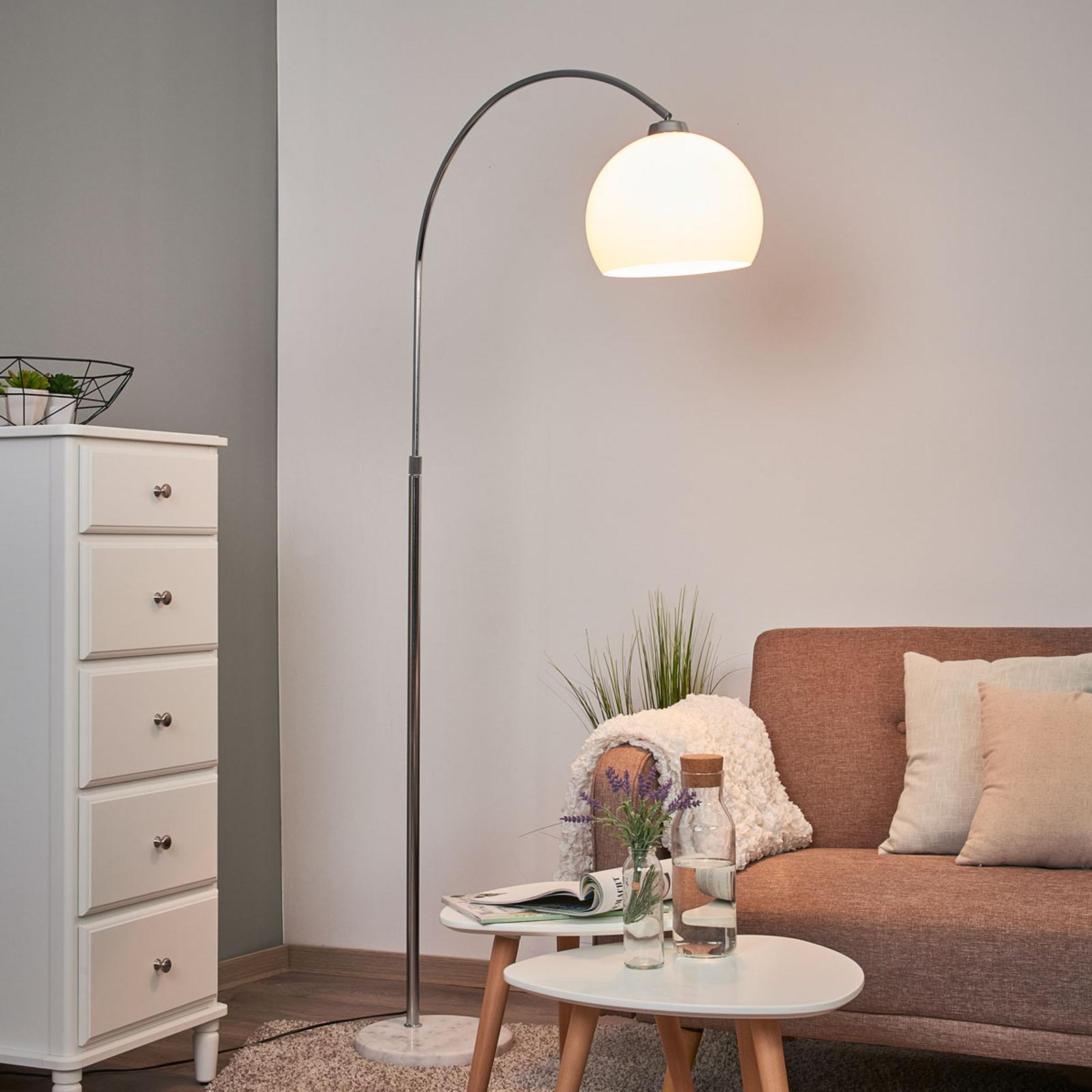 Lampa łukowa Sveri z marmurową stopą, biały klosz