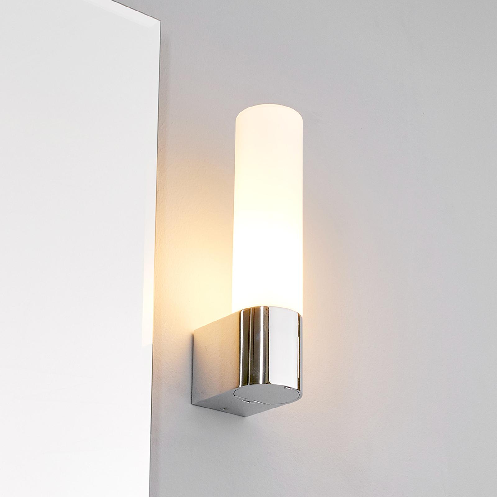 Praktické zrcadlové světlo Melike se zásuvkou
