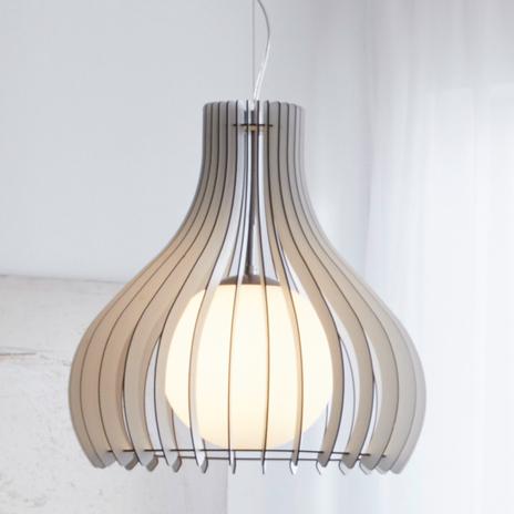 Lampa wisząca Tindori z drewnianymi lamelkami