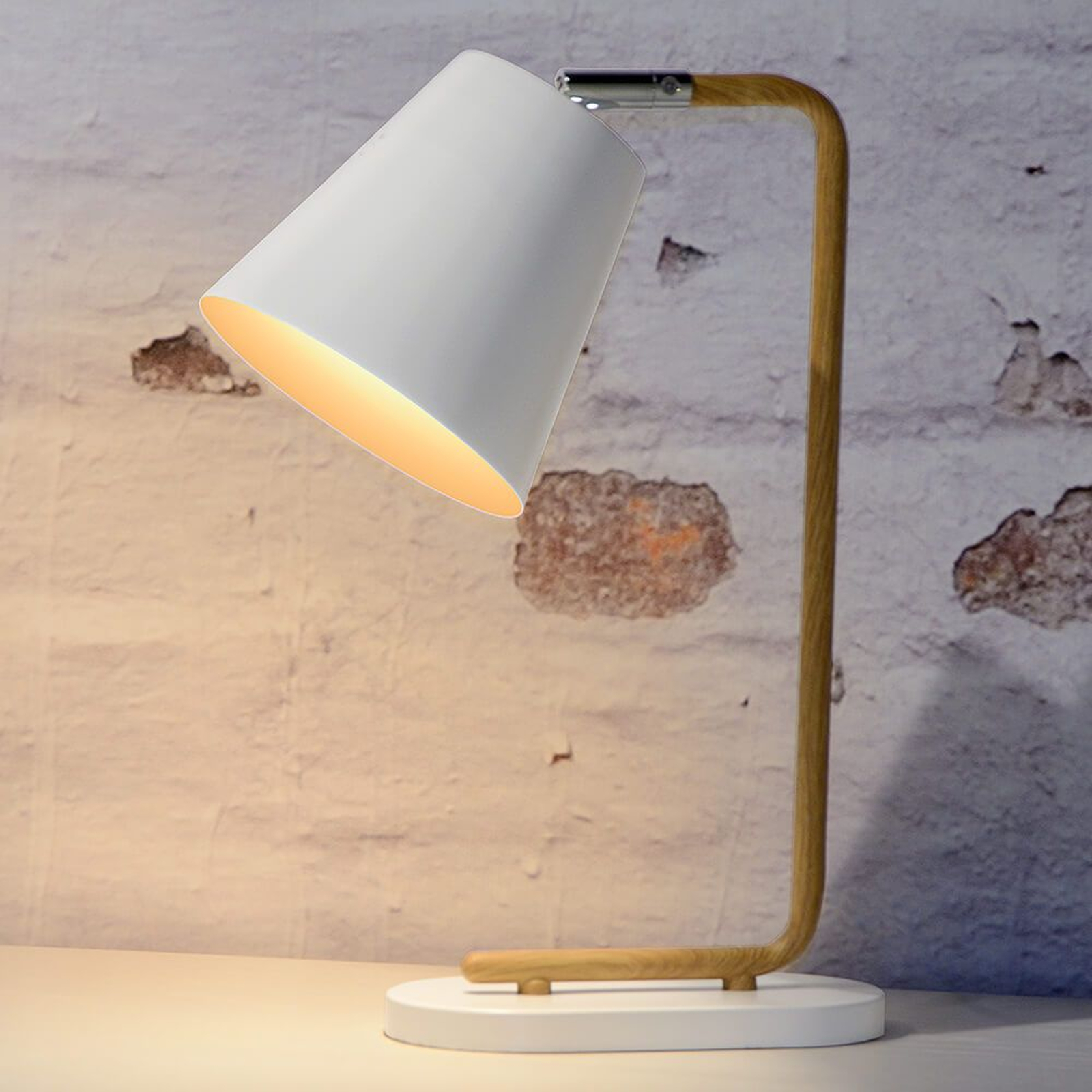 Cona – lampa stołowa z podstawą z imitacji drewna