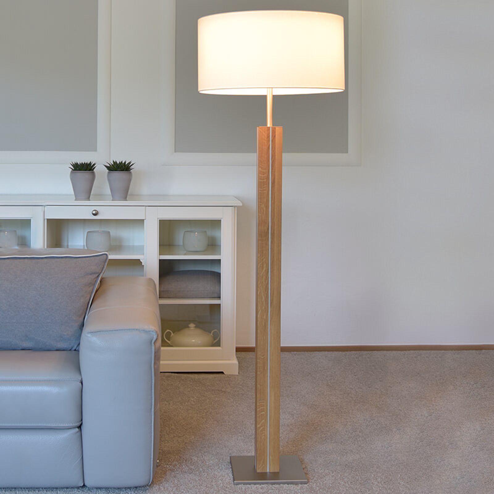 Massief houten vloerlamp Dana, witte stoffen kap