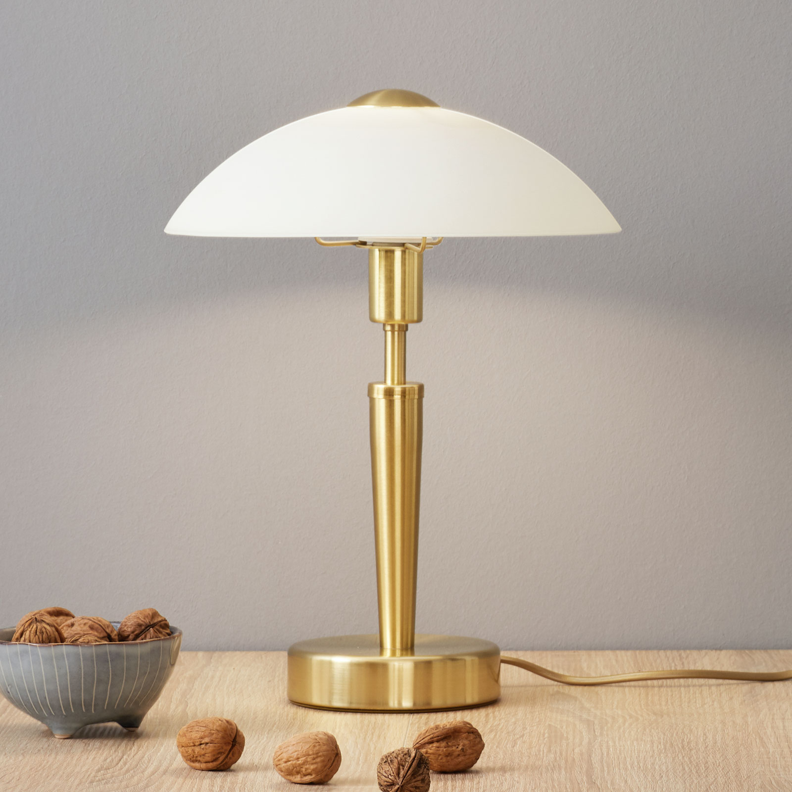Elegante lámpara de sobremesa Salut, latón, blanco