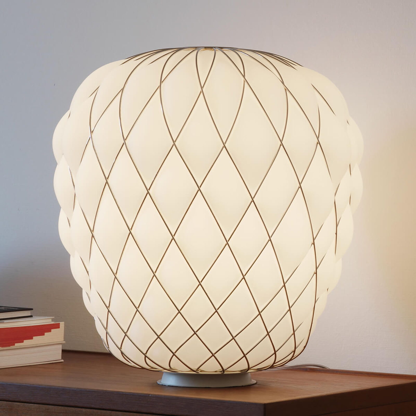 Design tafellamp Pinecone van melkglas