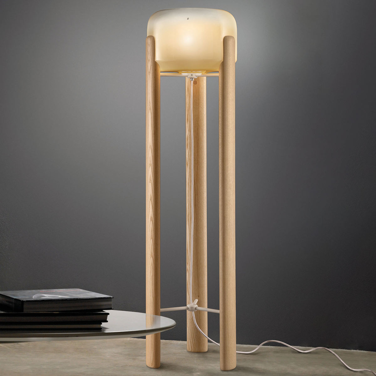 Vloerlamp Sata kap in amber, voet hout licht