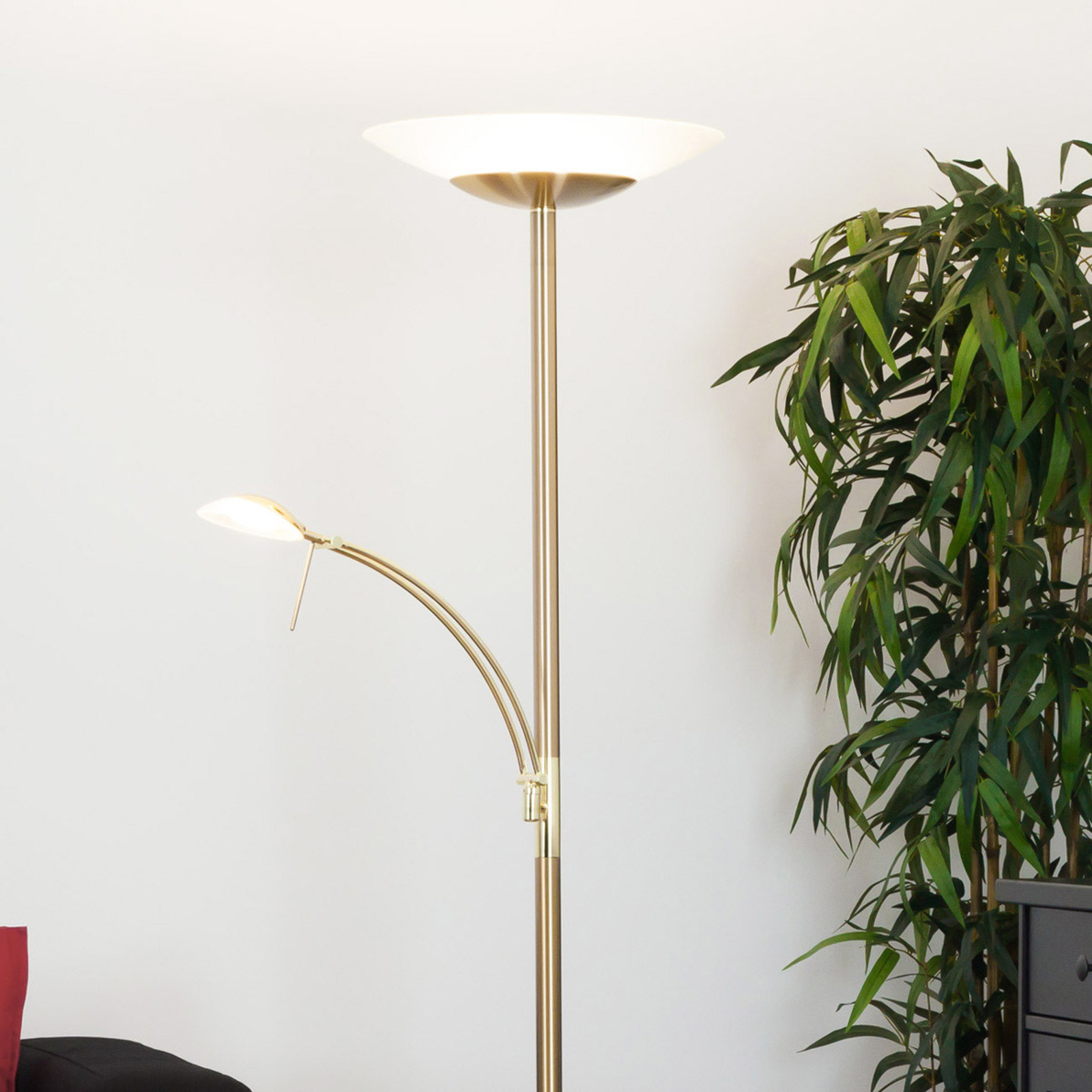 Messingfarvet LED gulvlampe Ilinca med læselys