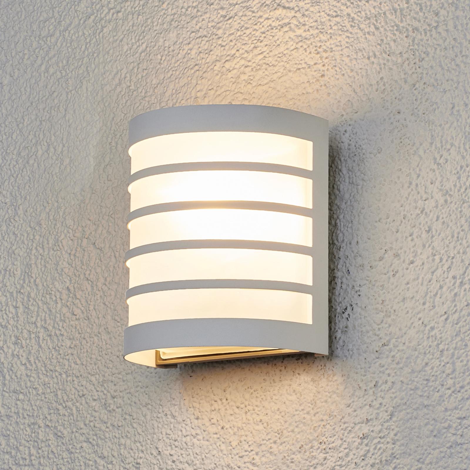 Biała zewnętrzna lampa ścienna CALIN z paskami