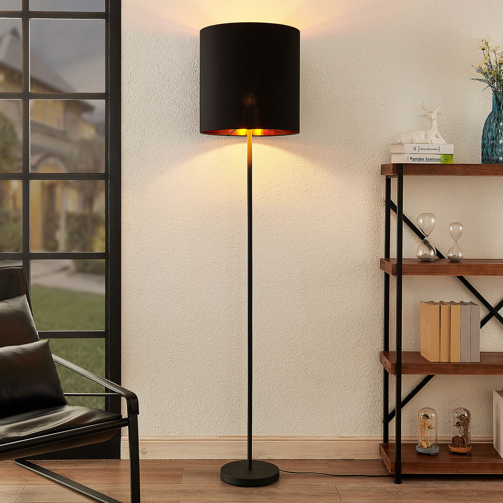 Lindby Nymar lampadaire, tissu, noir-doré