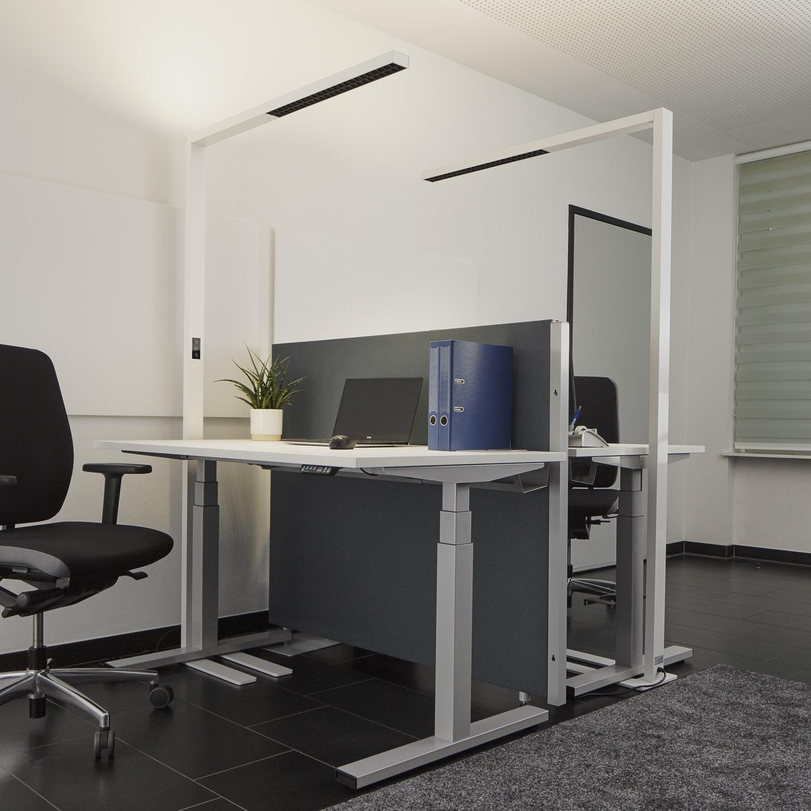 Biała biurowa lampa stojąca LED Jolinda ściemniana