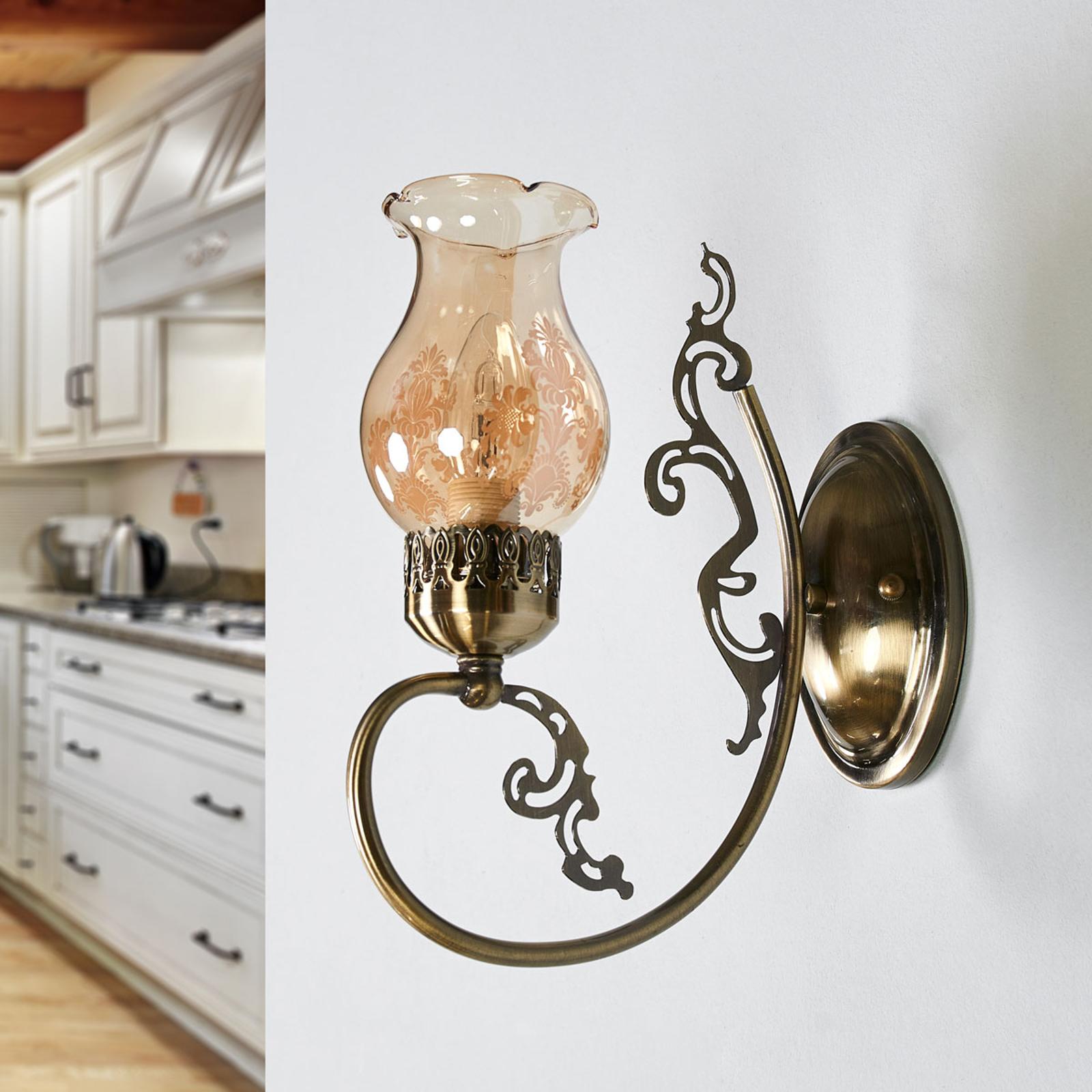 Antik aussehende Wandlampe Heti mit Glasschirm