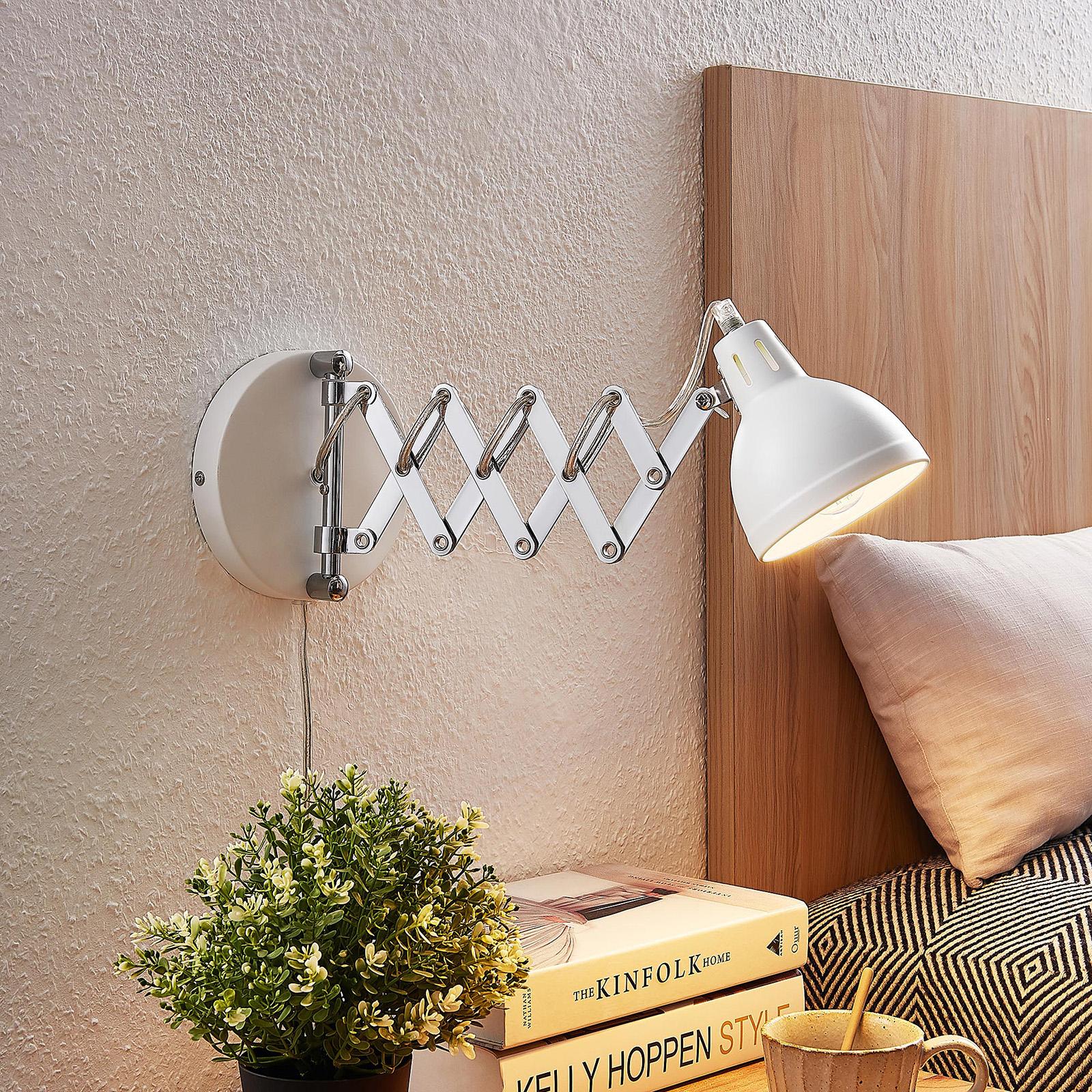 Lindby Theon væglampe med saksearm, mat hvid