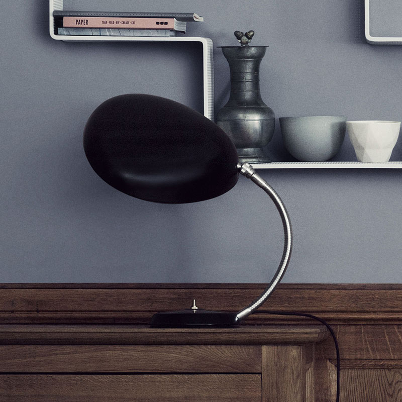 GUBI Cobra design-bordslampa svart