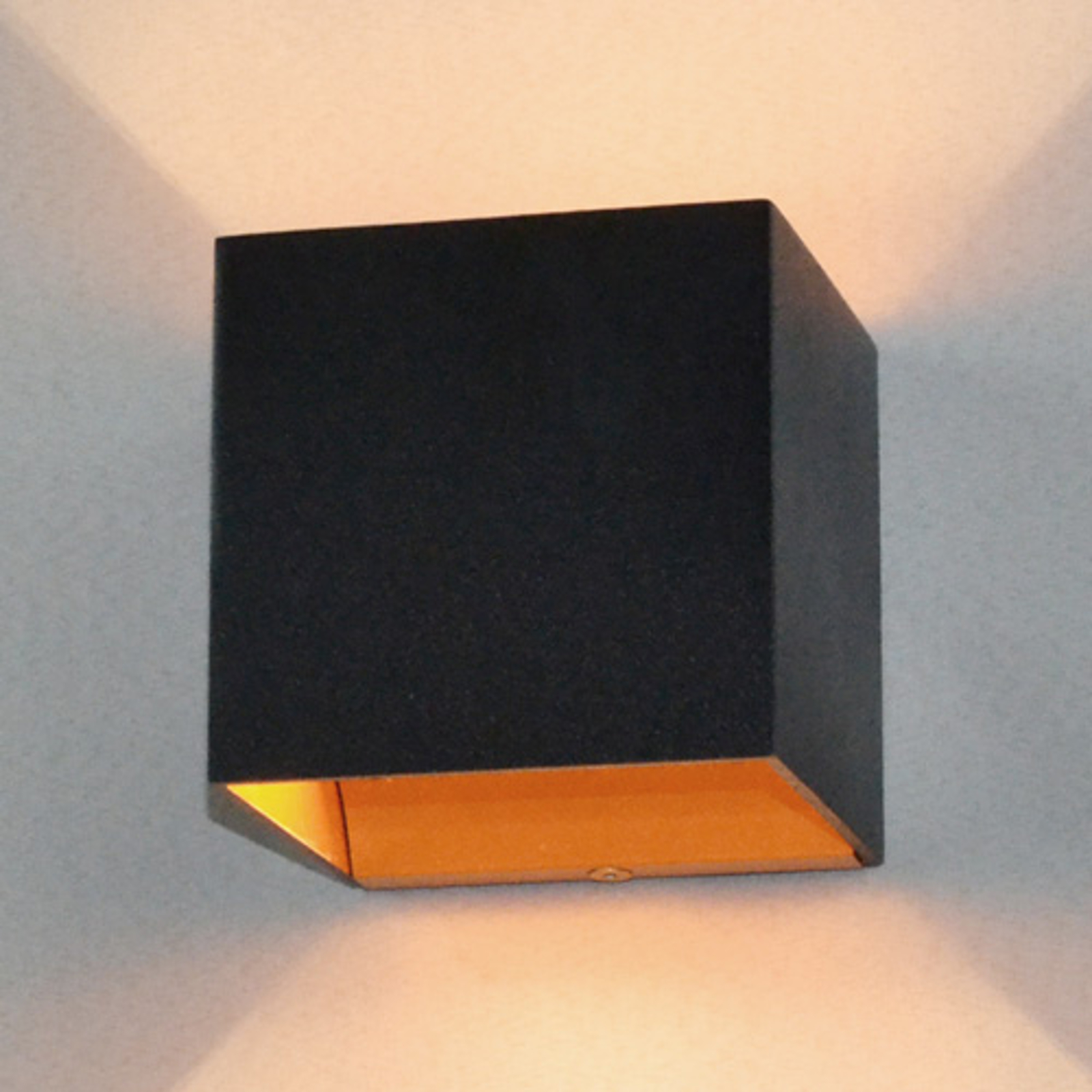 Schwarze LED-Wandlampe Aldrina, innen goldfarben