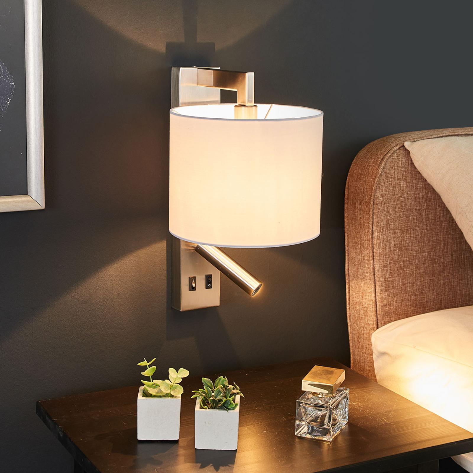 Witte wandlamp Mavis met LED leeslampje