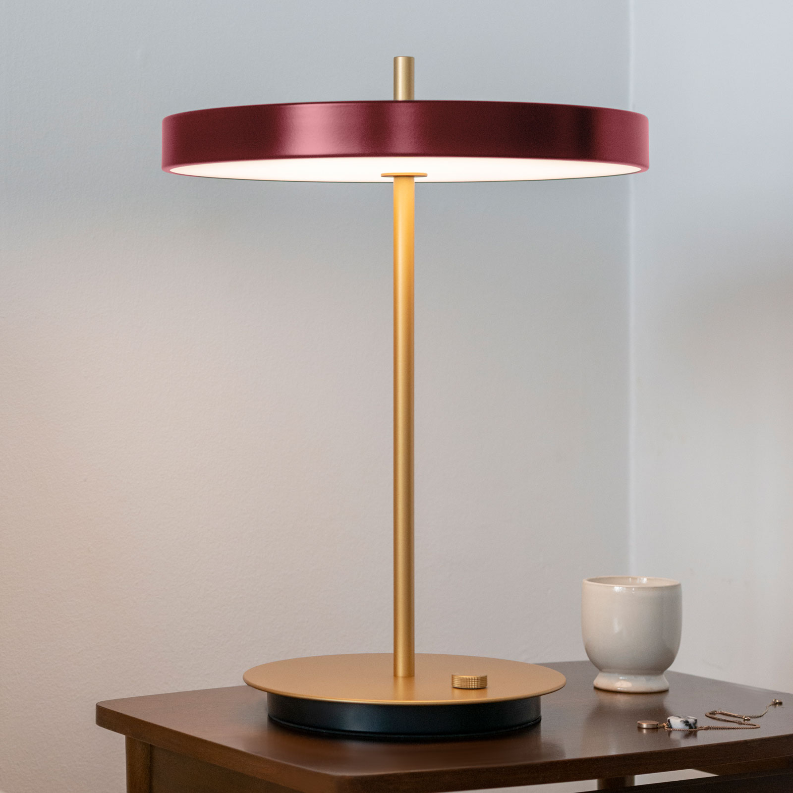 UMAGE LED bordlampe Asteria table USB rubinrød