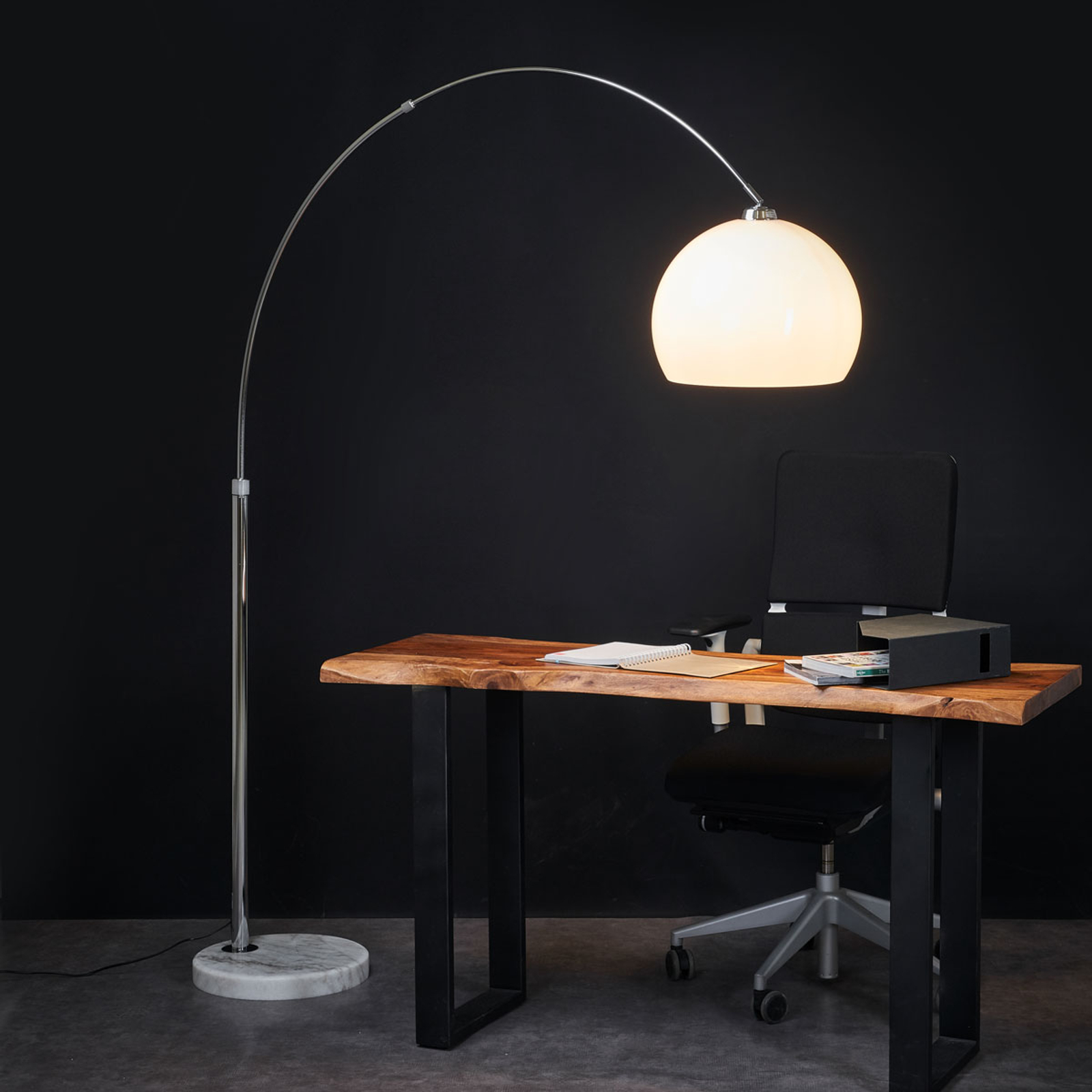 Atrakcyjna, gięta lampa stojąca Fjella