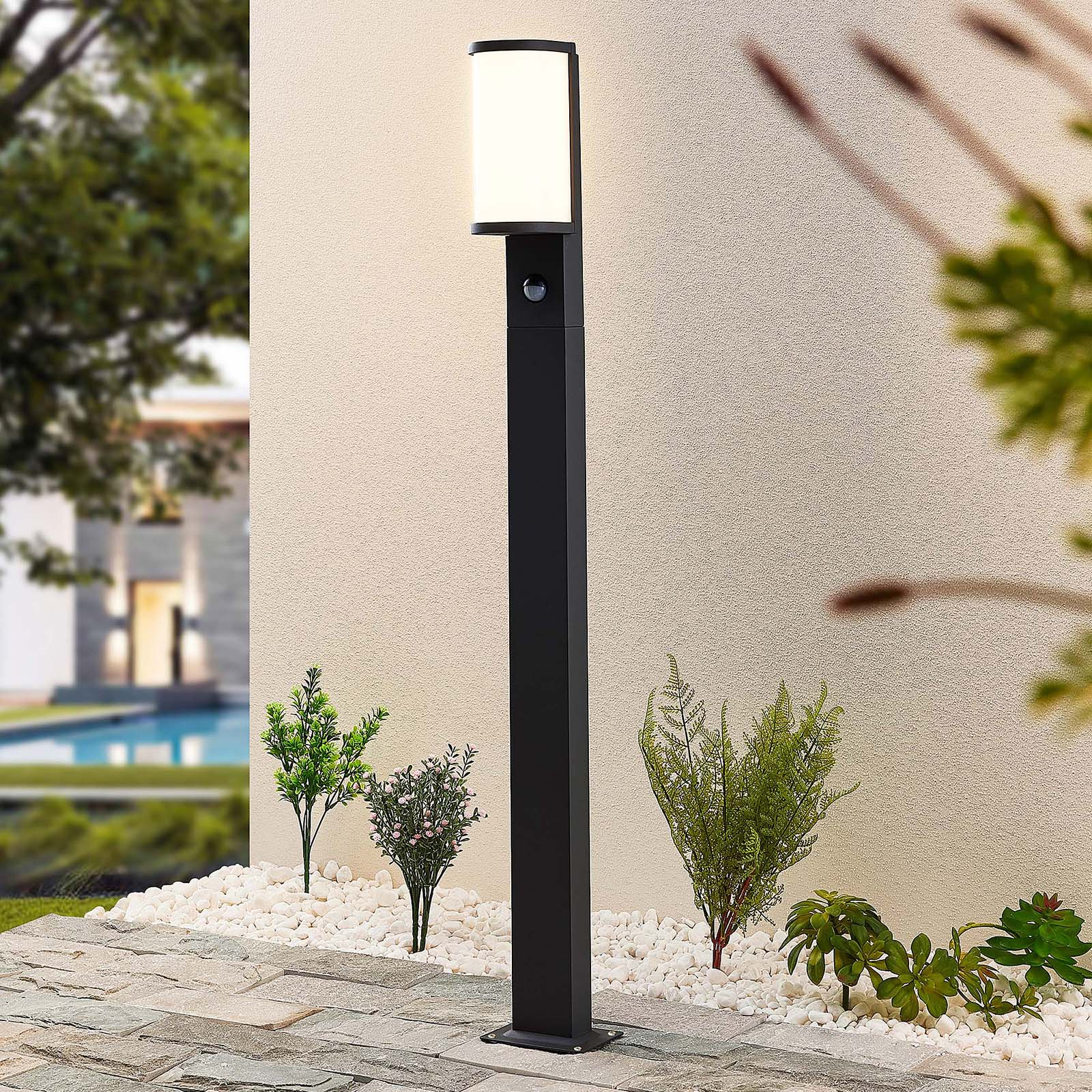 Lucande Jokum LED-Wegelampe, IP54, 100 cm, Sensor