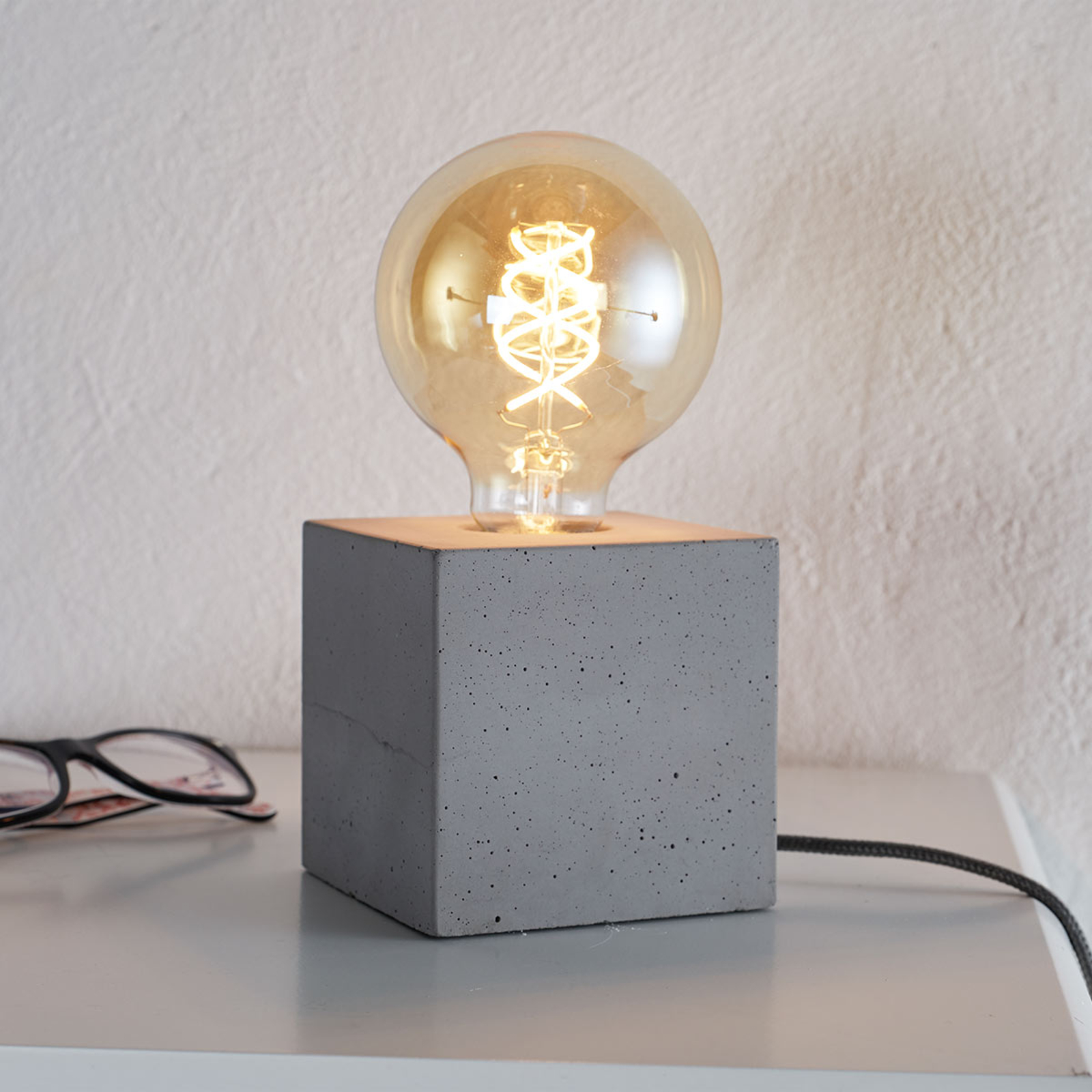 Moderne bordlampe Strong af beton