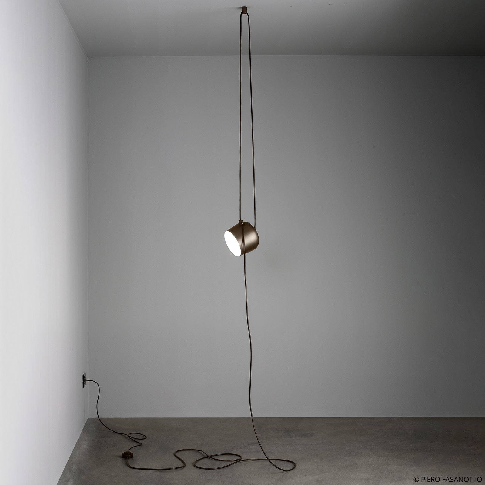 FLOS Aim LED-Pendelleuchte mit Stecker, braun