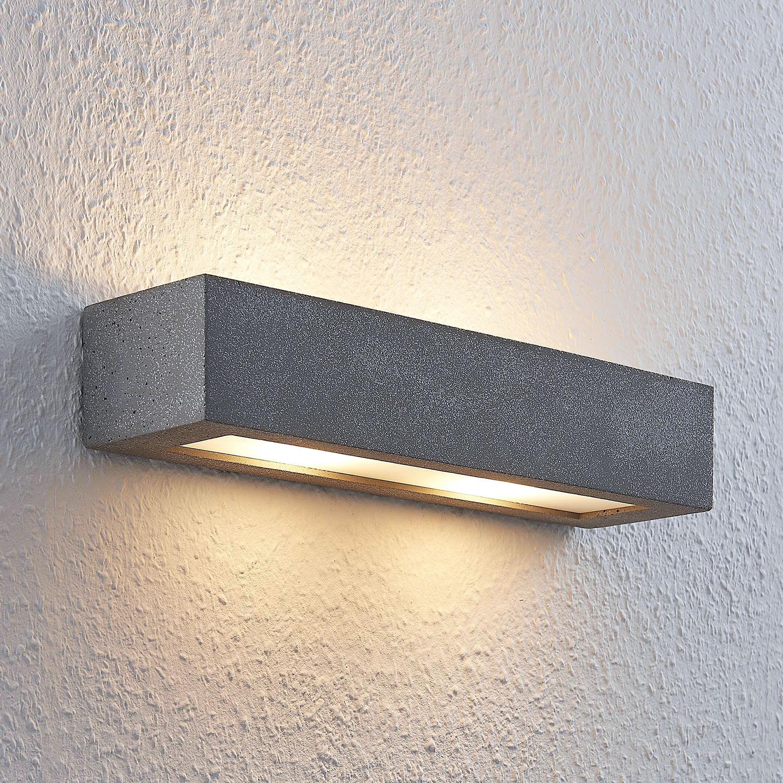 Lindby Nellie LED-betong-vegglampe, bredde 36 cm