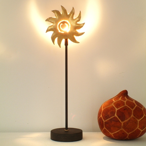 Fortryllende bordlampe SONNE GOLD i jern