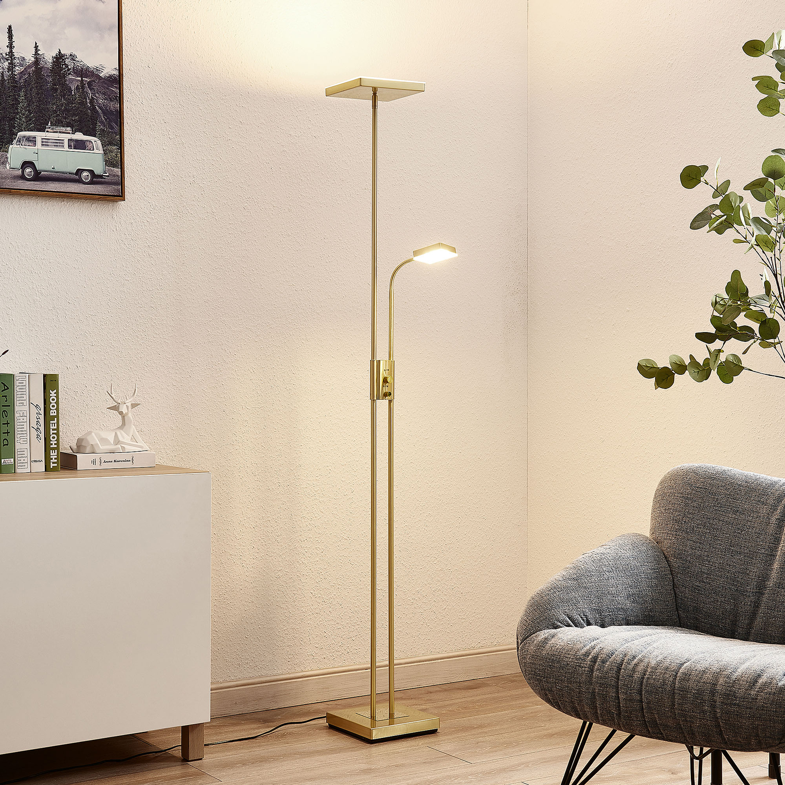Lindby Seppa LED-golvlampa, kantig, mässing