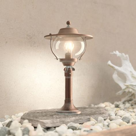 Sokkellampe Adessora i tiltalende design.