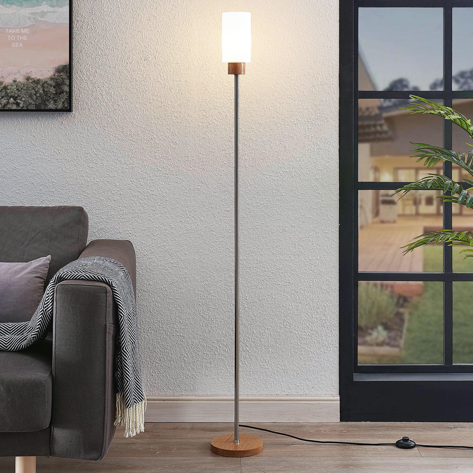 Lindby Nicus drewniana lampa stojąca szklany klosz